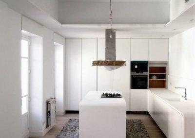 Alvarez Sereix. Cocina lacada en blanco con uñero integrado y encimera de krion 01