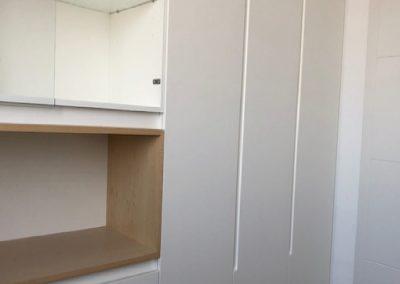Armario lacado en blanco con uñeros integrados y hornacina de madera de abedul 01