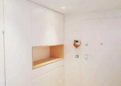Armario lacado en blanco con uñeros integrados y hornacina de madera de abedul 02