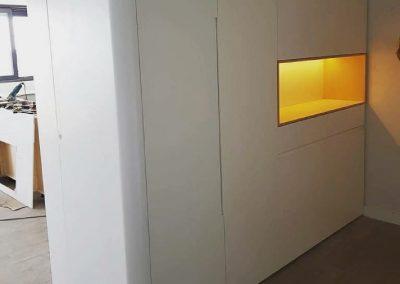 Armario Lacado en blanco con uñeros integrados y hornacina de madera de abedul 03