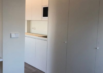 Cocina y armario laminado blanco 02