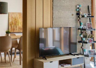 Mobiliario de cocina laminado blanco y estanterías de pino - Piso en Alicante - 01