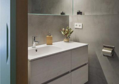Interior de baño forrado de dm hidrofurgo y microcemento - Piso en Alicante - 01