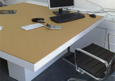Mesa lacada en blanco y sobre de piel 01