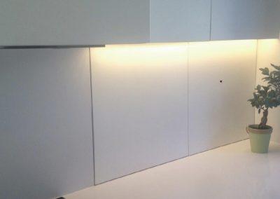 Mobiliario de cocina lacado en blanco. Puertas coplanares en frente de bancada 02