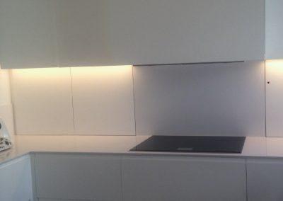 Mobiliario de cocina lacado en blanco. Puertas coplanares en frente de bancada 04