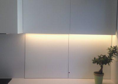 Mobiliario de cocina lacado en blanco. Puertas coplanares en frente de bancada 05