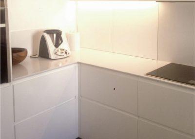 Mobiliario de cocina lacado en blanco. Puertas coplanares en frente de bancada 06