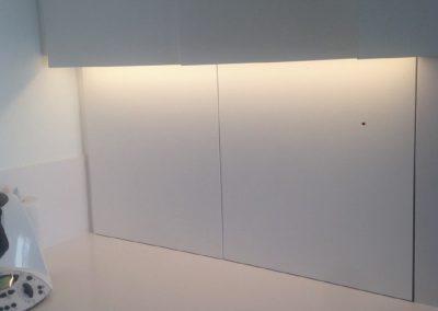 Mobiliario de cocina lacado en blanco. Puertas coplanares en frente de bancada 07