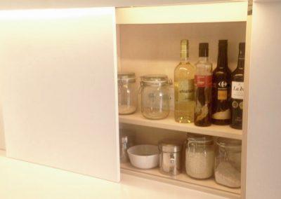 Mobiliario de cocina lacado en blanco. Puertas coplanares en frente de bancada 08