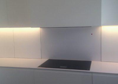 Mobiliario de cocina lacado en blanco. Puertas coplanares en frente de bancada 09