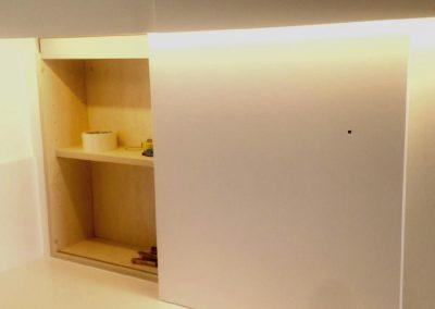 Mobiliario de cocina lacado en blanco. Puertas coplanares en frente de bancada 10
