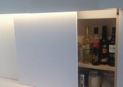 Mobiliario de cocina lacado en blanco. Puertas coplanares en frente de bancada 11