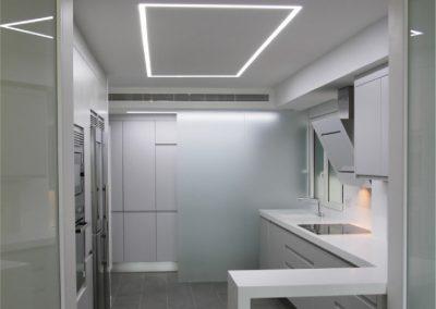 Mobiliario de cocina lacado en blanco, con uñero integrado. Casino-08