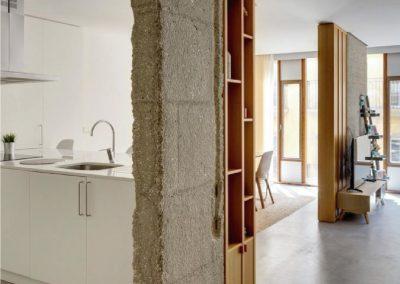 Mobiliario de cocina laminado blanco y estanterías de pino - Piso en Alicante - 02