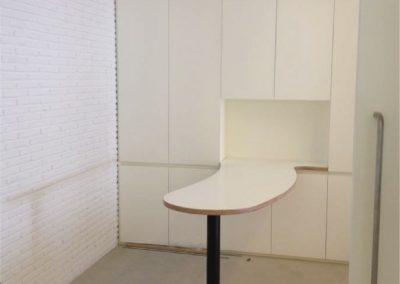 Mobiliario lacado en blanco y mesa de tablero contrachapado laminado en blanco - Clínica dental Almoradí Alicante 2013 - 01