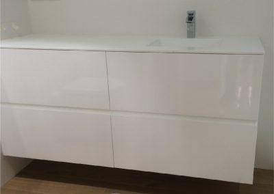 Mueble de baño de cajones. Lacado en blanco. Encimera de krion con lavabo integrado 2015-06