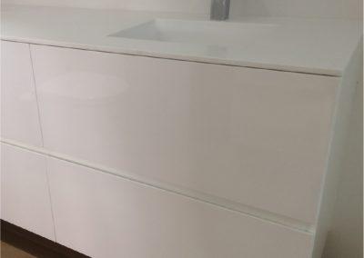 Mueble de baño de cajones. Lacado en blanco. Encimera de krion con lavabo integrado 2015-07