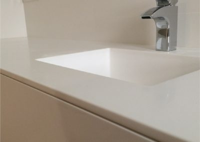 Mueble de baño de cajones. Lacado en blanco. Encimera de krion con lavabo integrado 2015-13