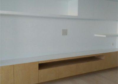 Mueble suspendido del suelo. Fabricado con tablero de abedul y baldas superiores lacadas en blanco-02