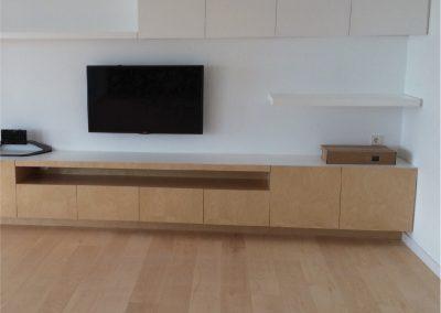 Mueble suspendido del suelo. Fabricado con tablero de abedul y baldas superiores lacadas en blanco-03