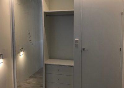 Puerta de paso lacada en blanco, de suelo a techo y armario de puertas correderas con espejo 04