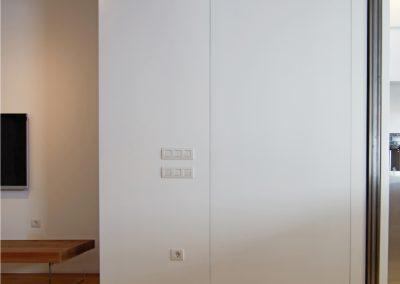 Puerta pivotante de suelo a techo y panelado de parede. todo lacado en blanco - 01