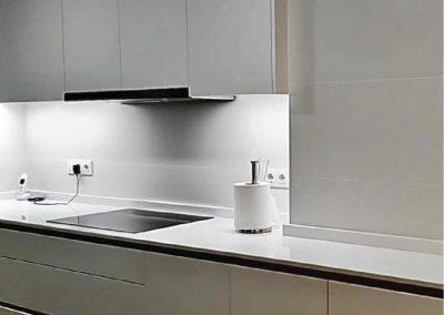 Cocina lacaba blanco con uñeros lineales-2
