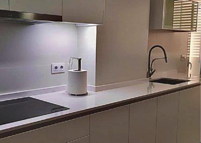 Cocina lacaba blanco con uñeros lineales-3